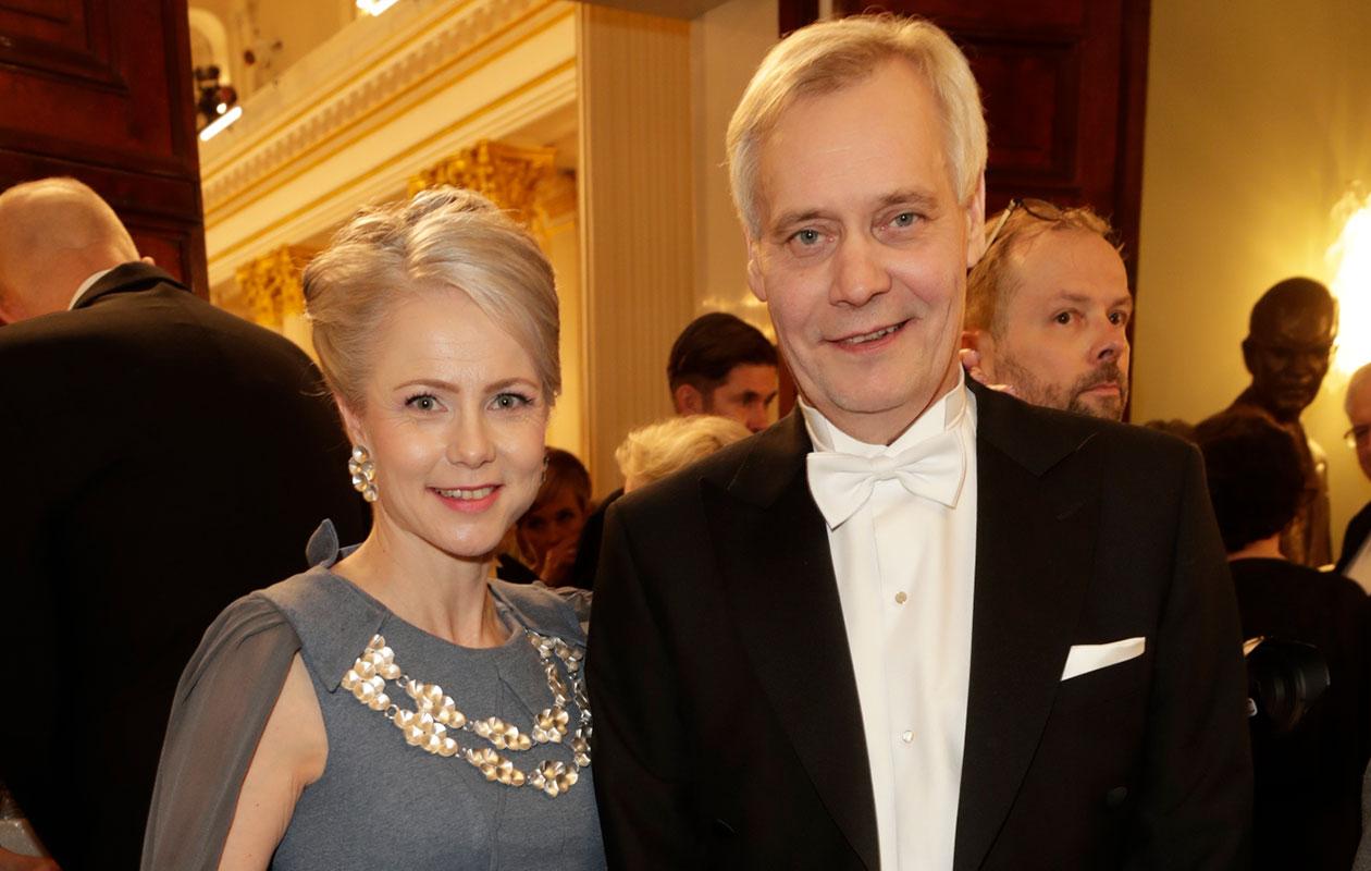 Heta Ravolainen-Rinne ja Antti Rinne saapuivat Linnan juhliin hymyssä suin.