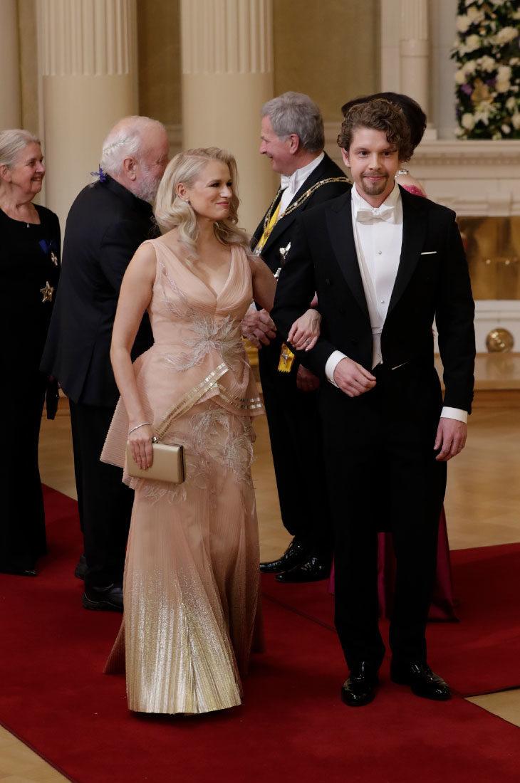 Eteerinen Reeta Vestman ihastutti nuden ja kullan värisessä design-mekossa.