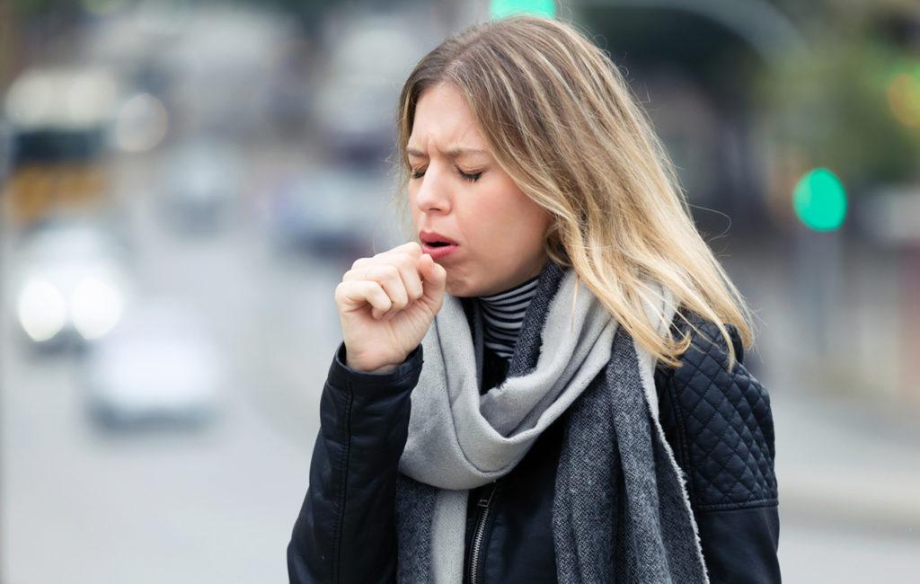 Keuhkosyöpä on yleistynyt naisten keskuudessa. Yksi keuhkosyövän oireista on kuukausia kestänyt yskä.