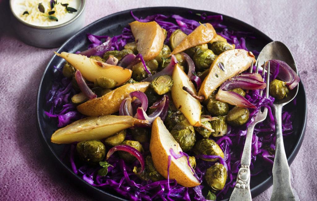 Runsas ruusukaali-päärynäsalaatti käy alkuruoasta sellaisenaan, mutta lämmin salaatti sopii myös kalkkunan, broilerin tai kinkun seuraksi.