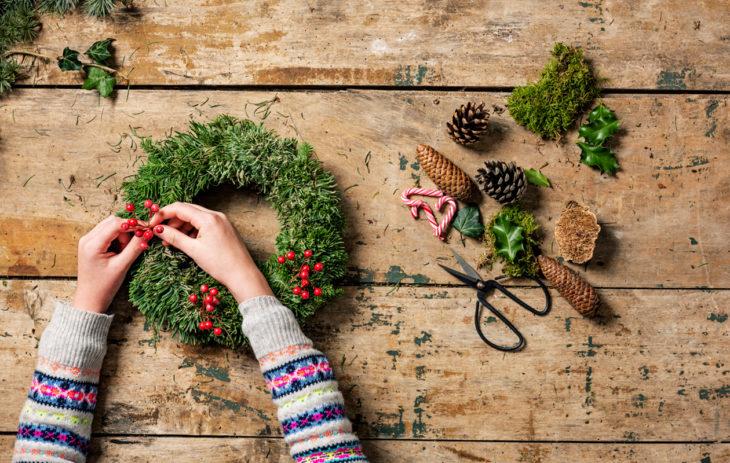 Mitä tehdä yksin jouluna? Esimerkiksi kauniita koristeita omaksi tai naapureiden iloksi.