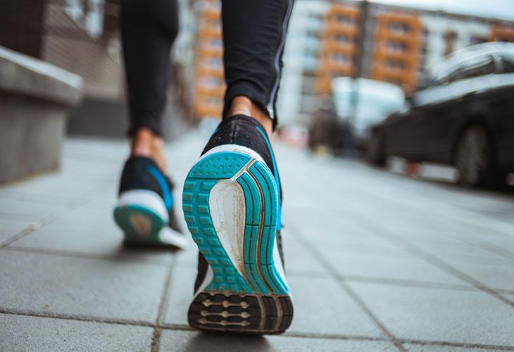 Kunnon kohottaminen kävelemällä vaatii vaihtelua. Takaperin kävely saa jalkojen lihakset töihin! Muista kuitenkin varovaisuus, kun kokeilet tätä tehoharjoitusta.