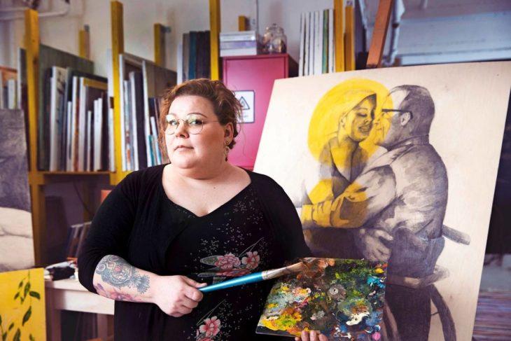 Katri haluaa murtaa taiteellaan vammautuneisiin ihmisiin kohdistuvia ennakkoluuloja. Hän on piirtänyt itsensä ja miehensä Karin teokseen nimeltä Hellyys.