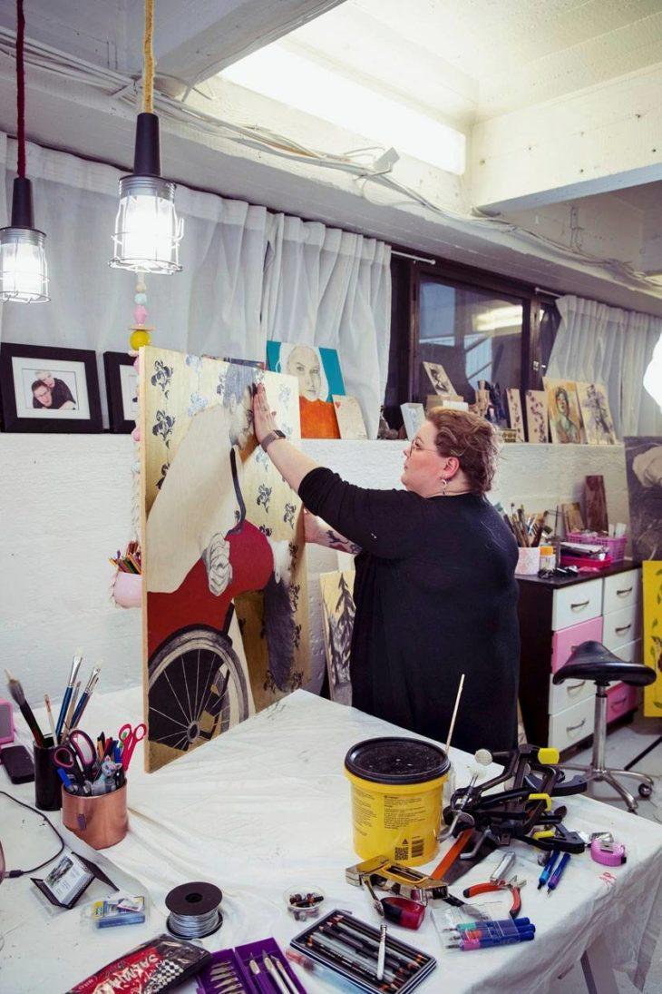 Arki neljän teinin äitinä, taiteilijana ja taideopettajana sekä neliraajahalvaantuneen puolison avustajana on välillä uuvuttavaakin. – Raskainta on metatyöskentely, se että pitää kaiken kasassa. Luova työ tuo siihen vastapainoa.