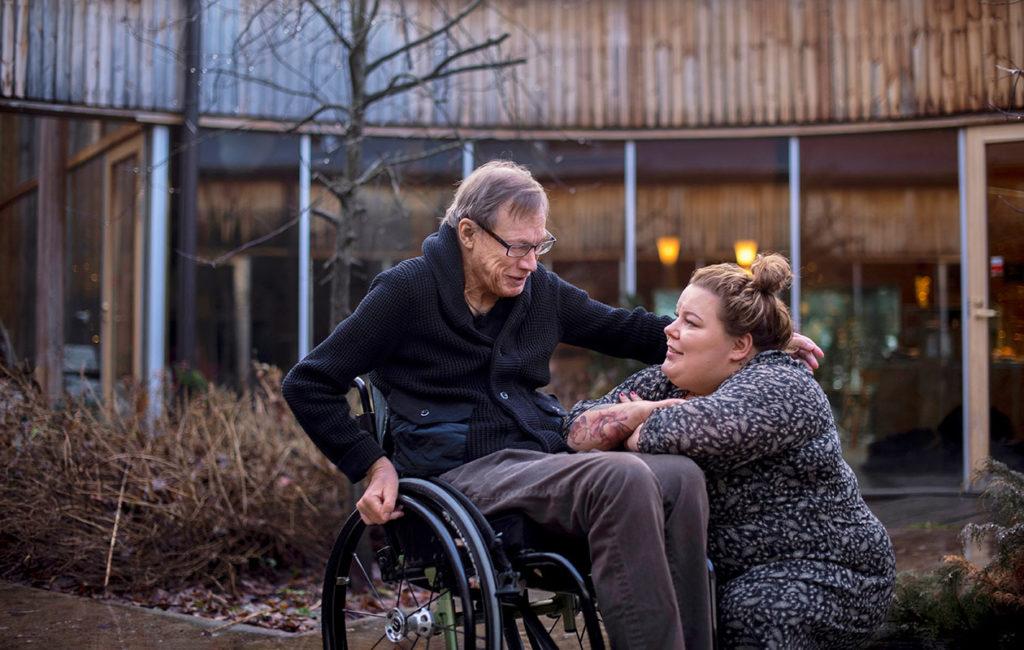 Katri sanoo oppineensa paljon elämästä neliraajahalvaantuneen puolisonsa Karin avustajana. – Ihailen sitä intohimoa, jolla Kari on seurannut omia urahaaveitaan vastoinkäymisestä huolimatta.