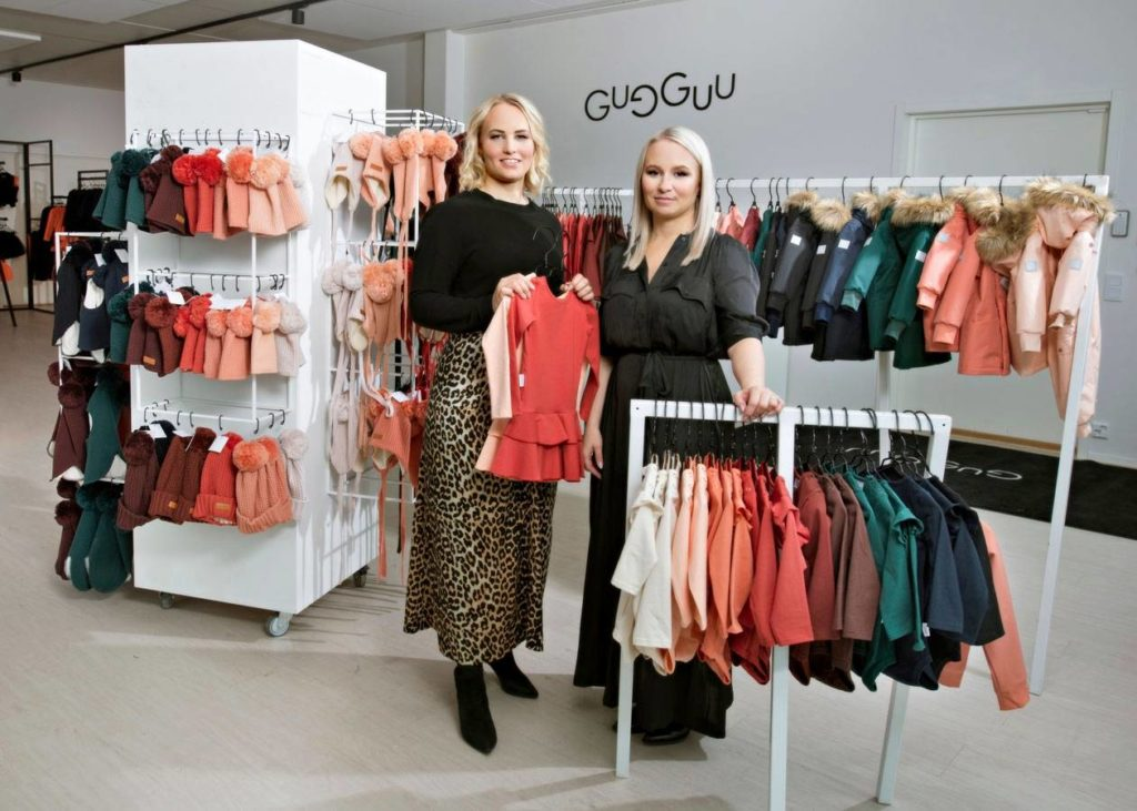 Anne Valli (vas.) ja Miia Riekki aloittivat yritystoiminnan lainarahalla, kun he perustivat lastenvaatteita valmistavan ja myyvän Gugguun.