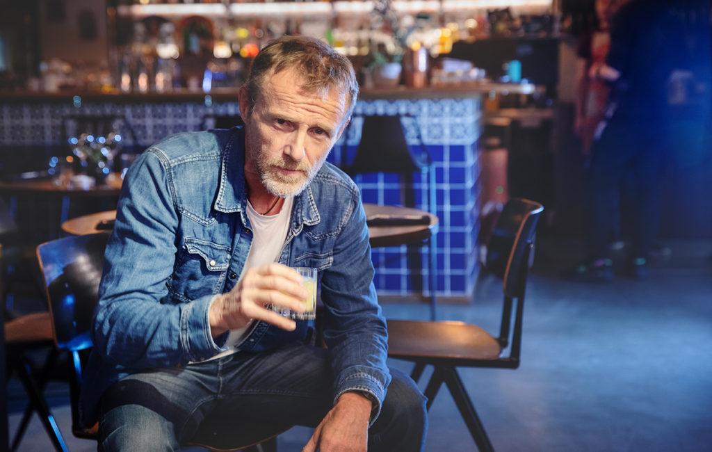 – Suvussani miehet ovat kuolleet nuorina. Nuorena uskoin, etten elä edes viisikymppiseksi. Tuntuu kuin olisin saanut bonuksen, Jo Nesbø , 59, toteaa.