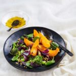 Paahtaminen tiivistää kurpitsan ja muiden kasvisten maun herkulliseksi. Salaatin pohjana on viljavan makuisia ateriajyviä ja koristeena babypinaatin lehtiä. Halutessasi voit lisätä salaatin pinnalle myös siemeniä.<br />