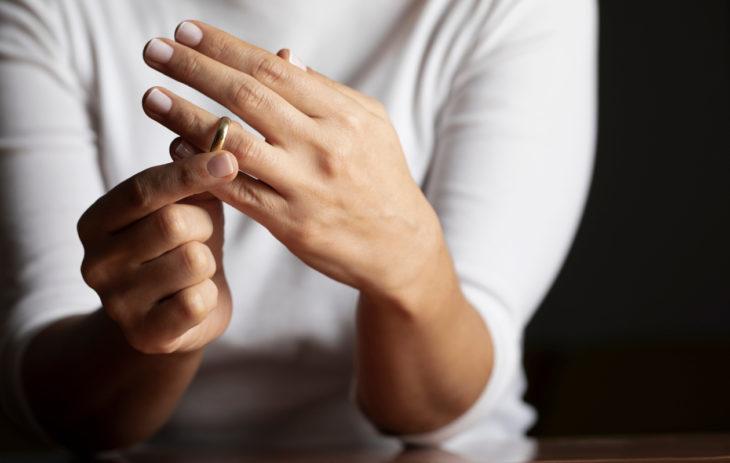 Vaikeassa erossa tunnemylläkkä voi vaikeuttaa asioista sopimista.