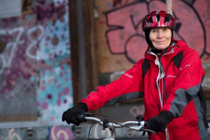 Saattohoidon vapaaehtoinen Marja kulkee saatettavansa kotiin pyörällä. Perillä, sängyn äärellä hänen ensimmäinen kysymyksensä kuolevalle usein on: Miltä sinusta tänään tuntuu?