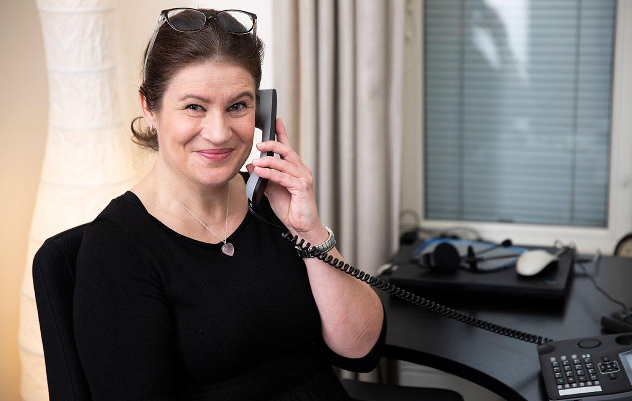 Sanna-Maija vastaa yksinäisten vanhusten puheluihin HelsinkiMission Aamukorvassa. – Olen rohkaissut vapaaehtoistyötä harkitsevia ja sanonut, ettei tarvitse olla ihmistyön ammattilainen. Katsokaa nyt vaikka minua, kemistikin osaa kuunnella, Sanna-Maija sanoo.