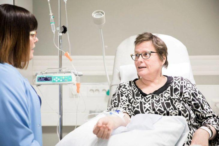 – Potilaat ovat tässä työssä parasta, sanoo Ulla. Maarita Kinnusen hymy tuo valoa lääkehoitopolin päivään.