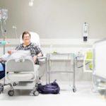 Syöpäsairaanhoitaja Ulla Mähösellä on hetki aikaa jutella Maarita Kinnusen kanssa. Maaritalta on leikattu gynekologinen syöpä, ja nyt hän saa ylläpitohoitoa Kuopion yliopistollisessa sairaalassa.