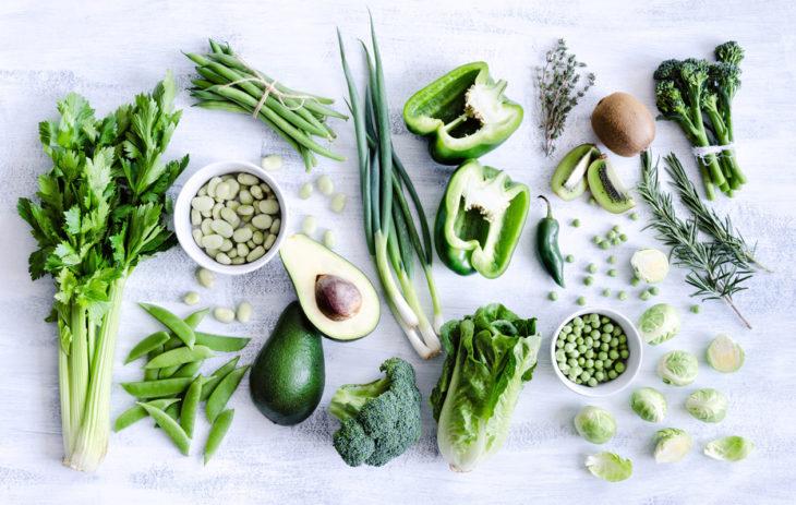 Kasvisruokavalio urheiljalla: Parhaita kasviperäisiä raudanlähteitä ovat täysjyvävilja, palkokasvit, pähkinät, siemenet, tummanvihreät vihannekset ja raudalla täydennetyt elintarvikkeet.