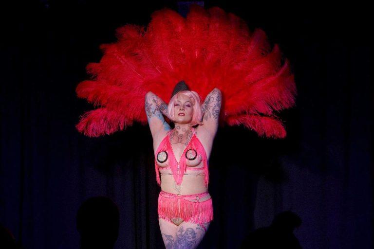 Burleskitaiteilija Riikka Huikkonen mieltää burleskin aikuisten leikkinä. – Ei itseään kannata ottaa niin vakavasti, hän sanoo.