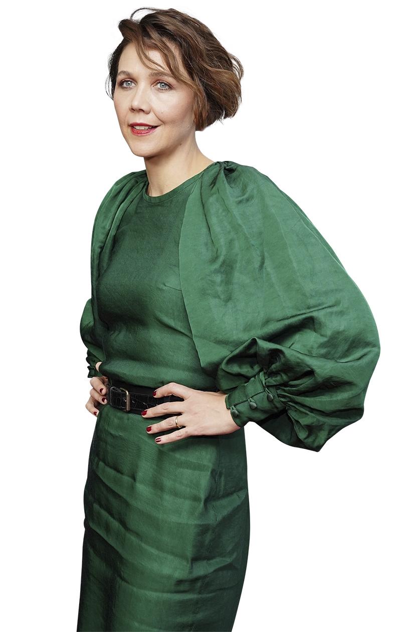 Näyttelijä Maggie Gyllenhaalon pukeutunut vihreään mekkoon ja hänellä on hiuksissaan poikatukan pidempi versio.