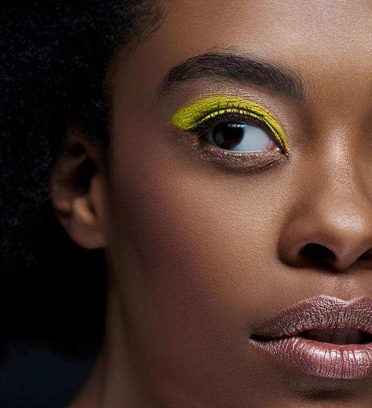 Vuoden 2020 meikkitrendeissä nähdään väriloistoa.