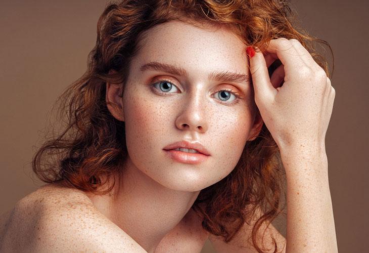 Meikkitrendit 2020 rohkaisevat luonnolliseen meikkipohjaan.