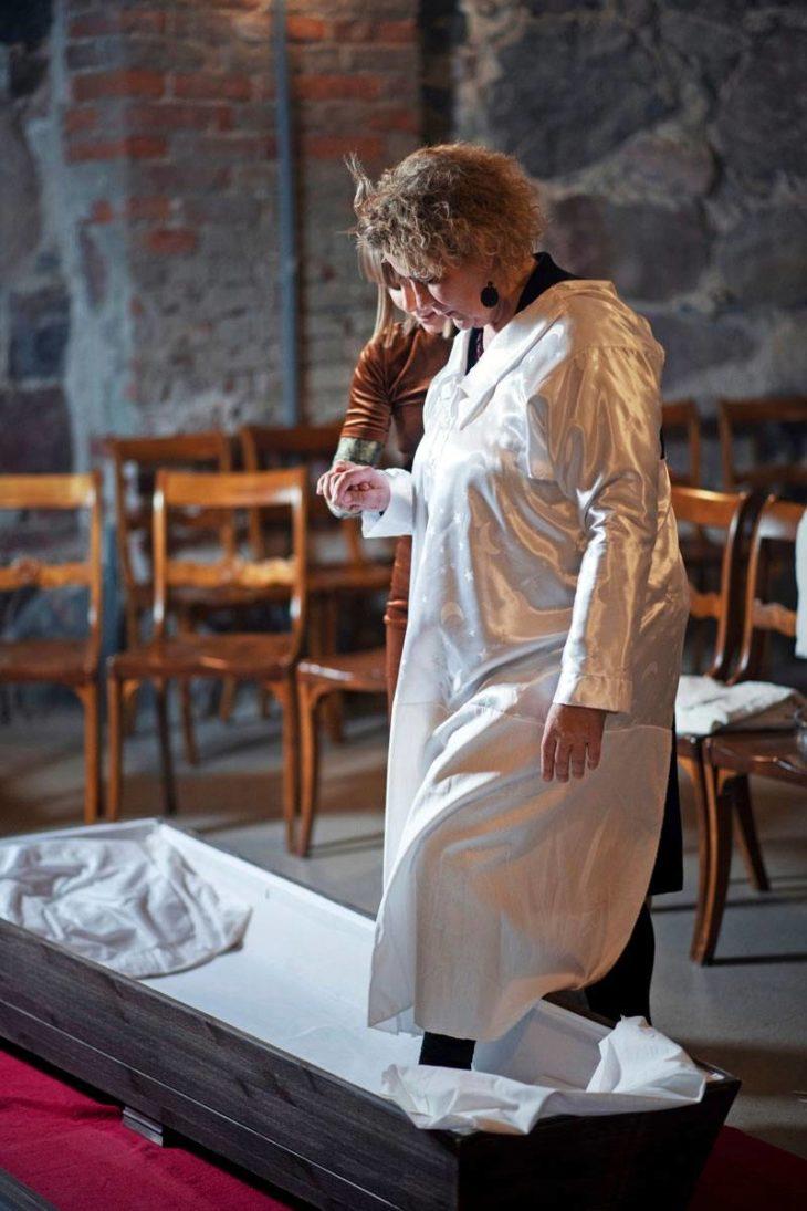 Ars Moriendi -festivaalilla sai kokeilla, millaisia ajatuksia ja tuntemuksia ruumisarkussa makaaminen itsessä aiheuttaa.