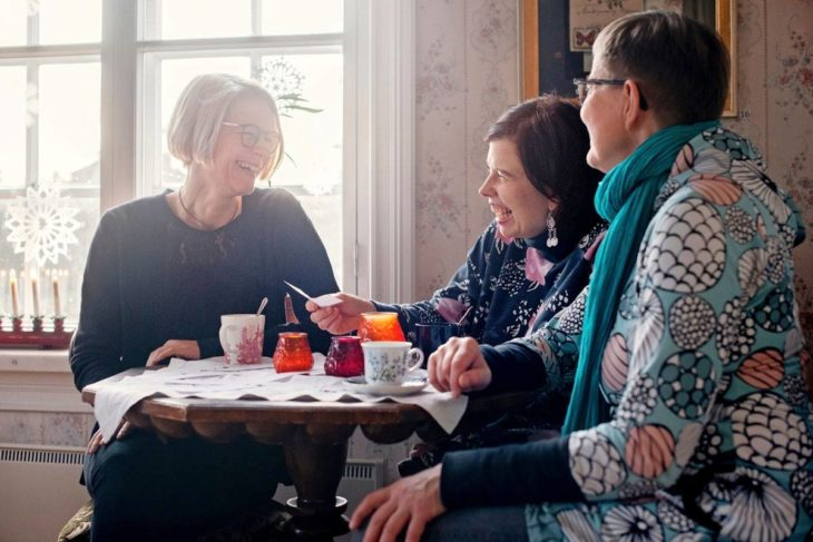 Kaisa Karirannan (vas.), Sanna Pelliccionin ja Auli Kukkosen järjestämässä Kalman kahvilassa puhuttiin muun muassa omista hautajaissuunnitelmista.