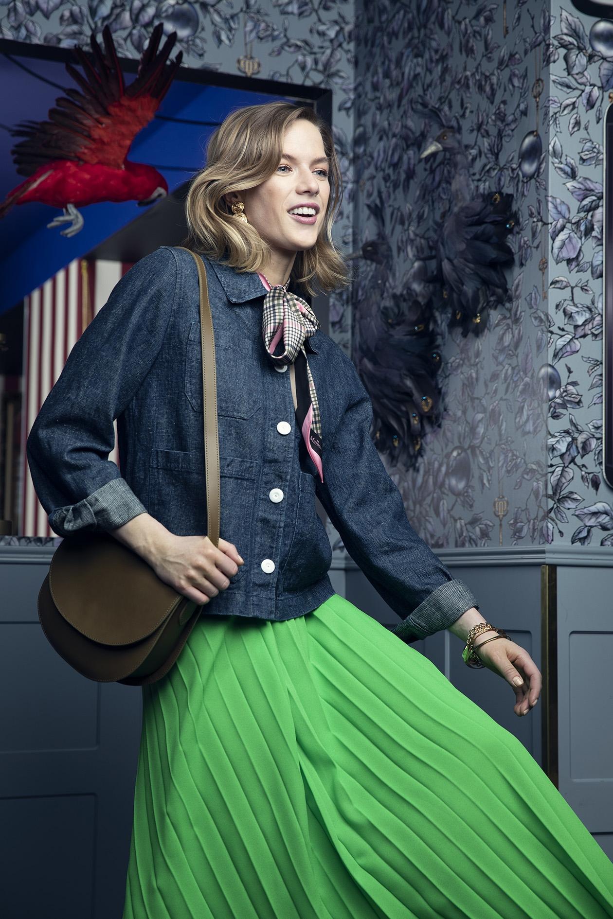 Työtakkia muistuttavan takin voi yhdistää naiselliseen helmaan.