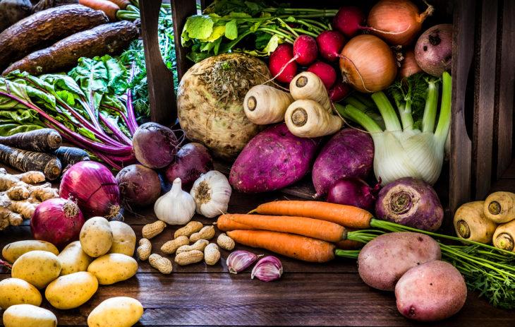 Vaihtelua kasviksiin! Kuvassa muun muassa mustajuurta, porkkanaa, perunaa ja salaattifenkolia.