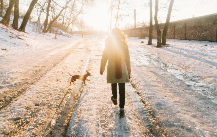 Liikkuminen on yksi parhaita tapoja yrittää päästä eroon stressiä. Kuvassa nainen lenkillä koiran kanssa.