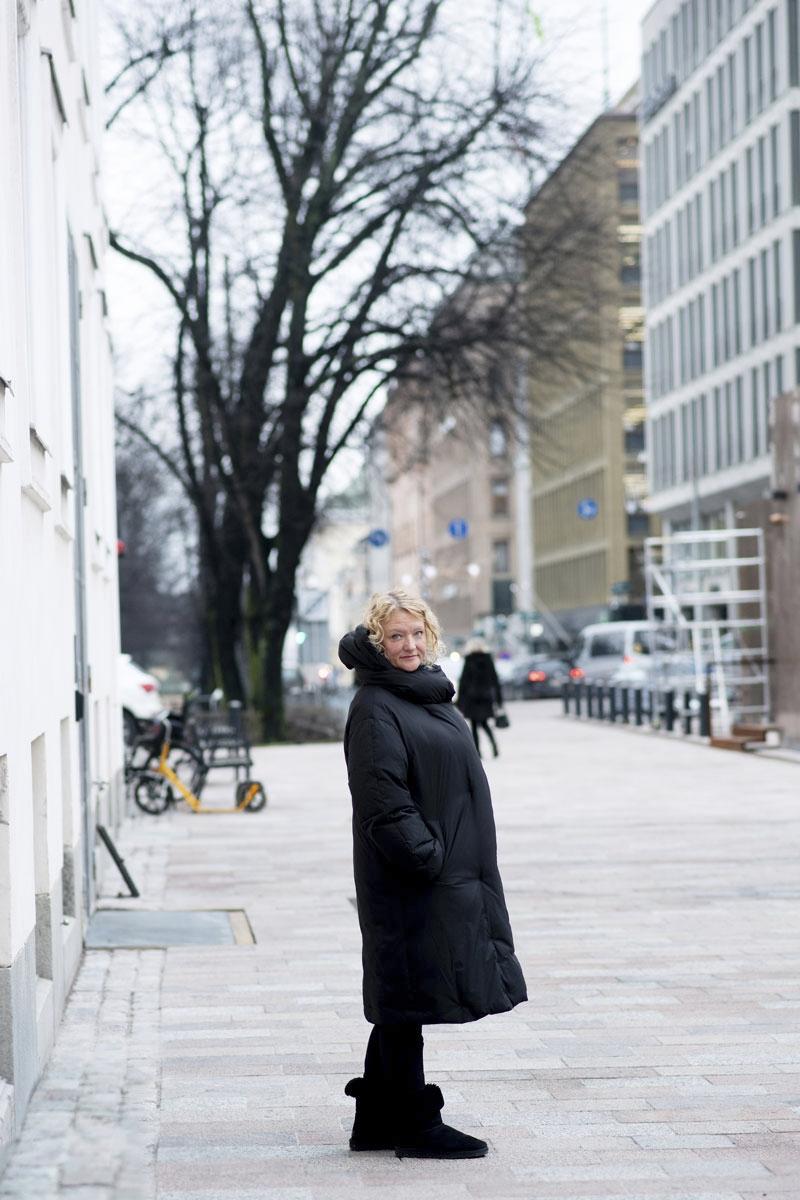 Lapsena Anna Takanen tunsi, että hänen elämänsä oli kuin palapeli, josta puuttui paloja. Annan ollessa 25-vuotias isä lopulta vei hänet Suomeen ja kertoi kokemuksistaan sotalapsena.