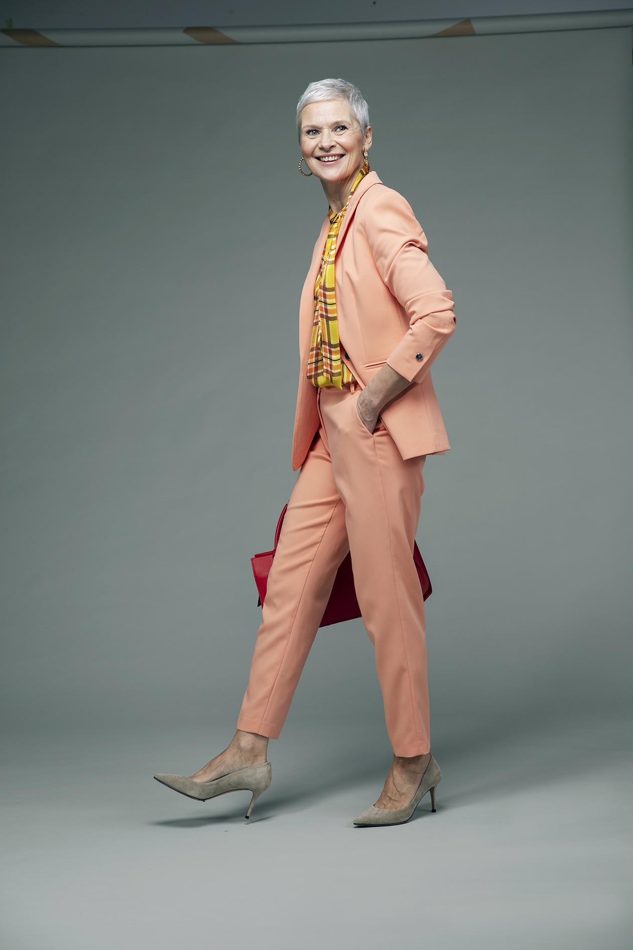 Pastellinsävyinen housupuku on kevään ykkönen.