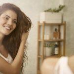 Hyvän tyvikohotuksen saat, kun suihkutat kuivasampoota hiuksiin jakaus jakaukselta.