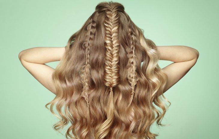 Kuivashampoon käyttö kannattaa esimerkiksi silloin, kun haluat hiuksiin pitoa erilaisten kampausten tai kiharoiden vuoksi.