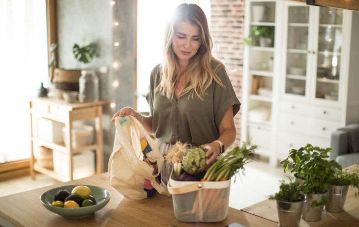 Nainen keittiössä