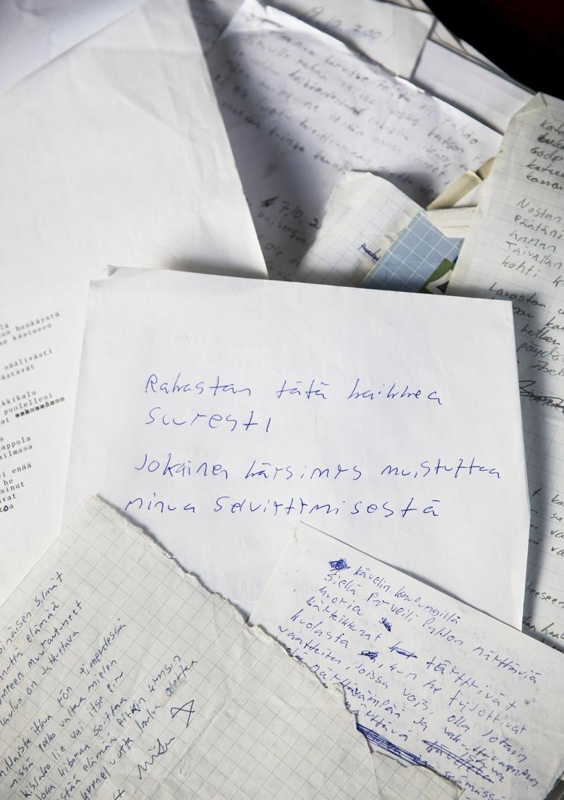 Kun runoja alkoi pulpahdella, Miika Nuutinen kirjoitti niitä paperilapuille.
