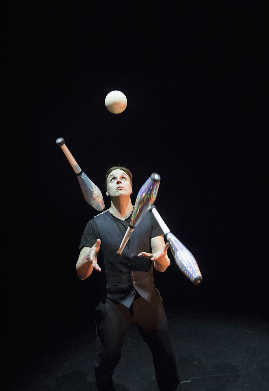 Miika työskentelee sirkustaiteilijana. Vaikeina hetkinä hän kävi läpi myös ammatillisen kriisin.