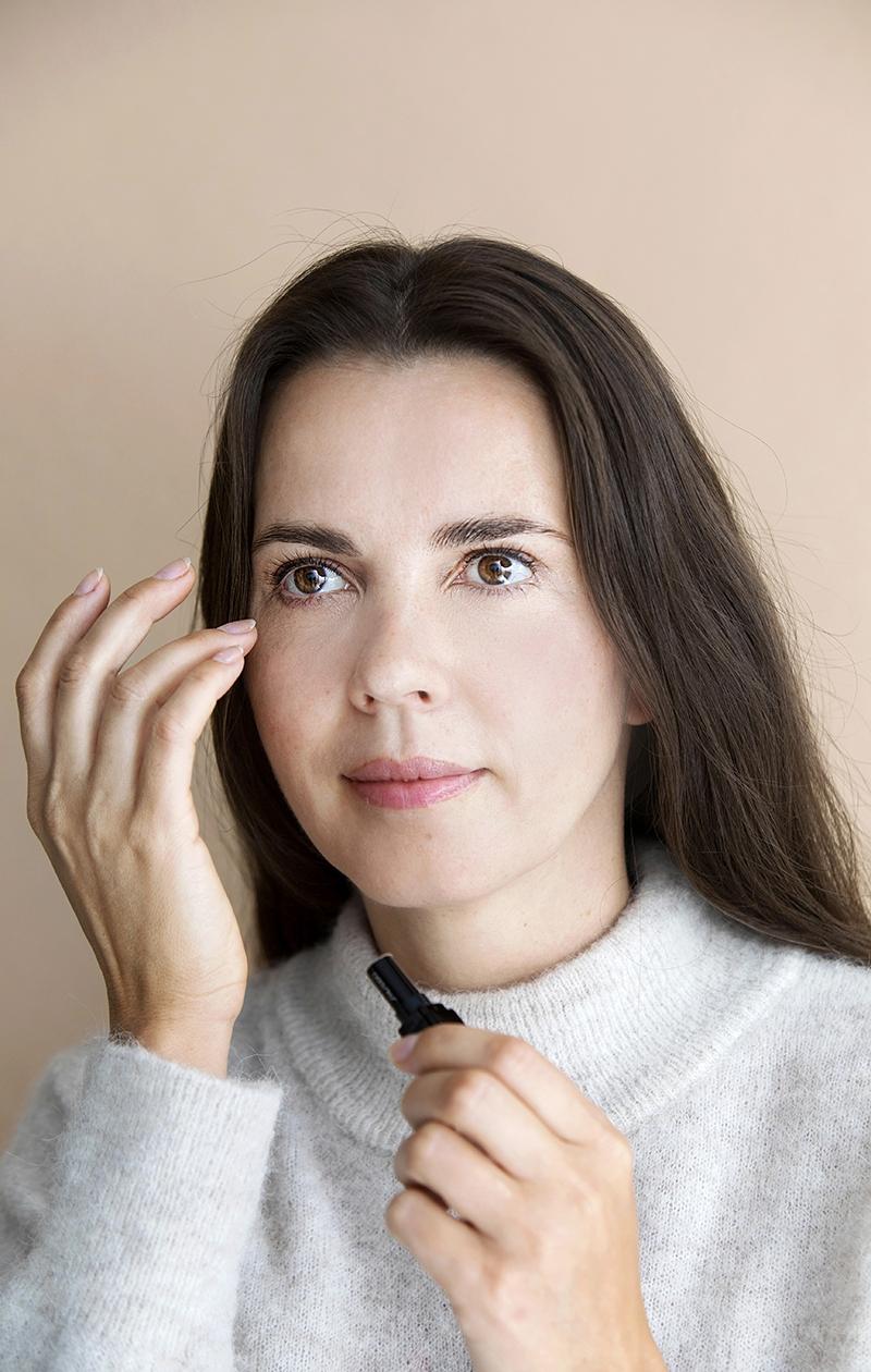 Painele peitevoide sormin silmien alle, kun häivytät tummat silmänaluset.