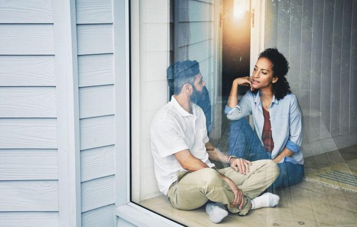 Pari keskustelee keskenään: vanhojen traumojen vaikutus parisuhteeseen voi olla merkittävä.