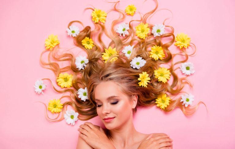 Internetti on täynnä myyttejä, jotka lupaavat auttaa sinua kasvattamaan pitkät hiukset nopeasti.