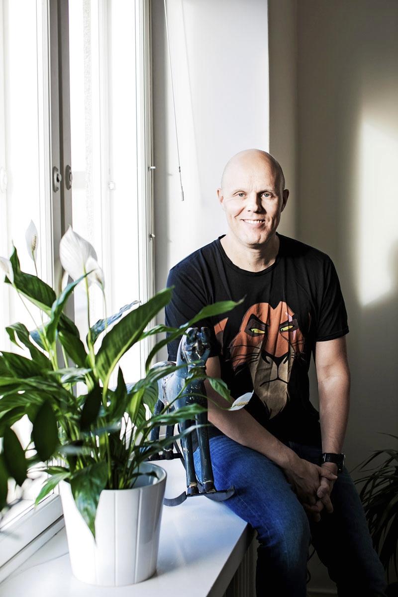 Juontaja ja muun muassa Radio Novan Aamusta tuttu toimittaja Aki Linnanahde, 41, asuu kerrostalokodissa Helsingin Töölössä. Samassa huushollissa asuvat vaimo sekä kaksi teini-ikäistä tytärtä ja Pipsa-koira. Kaksi lasta on jo lentänyt pesästä.