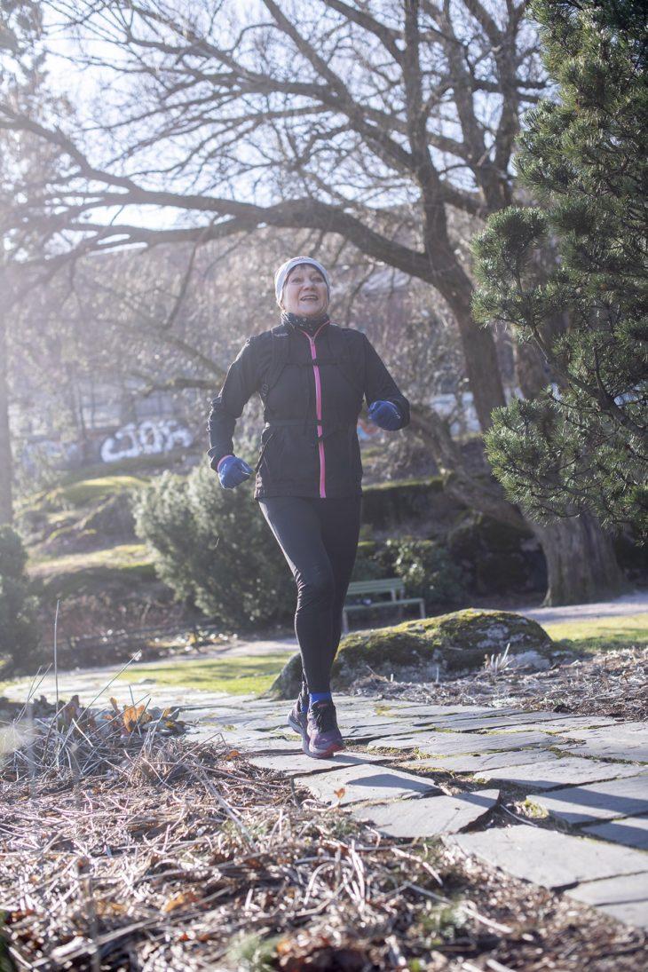 Vierivä kivi ei sammaloidu, eikä Riitta Välke aio jäädä paikoilleen vielä pitkään aikaan, sillä harrastus on vienyt mennessään. – Maratonkokoelmastani puuttuu kirjaimia.