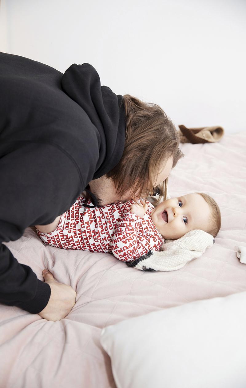 – On ollut hauska höpsähtää lapsesta pitkän tauon jälkeen uudelleen, sanoo Jukka Poika ja suukottaa Eskon vatsaa.