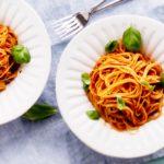 Tomaattikastike pastalle valmistuu parhaimmillaan vain kourallisesta aineksia.