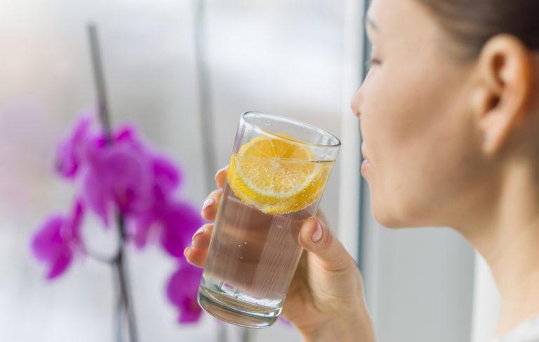 Valtion ravitsemusneuvottelukunnan suositus veden juomiselle on 1–1,5 litraa päivässä