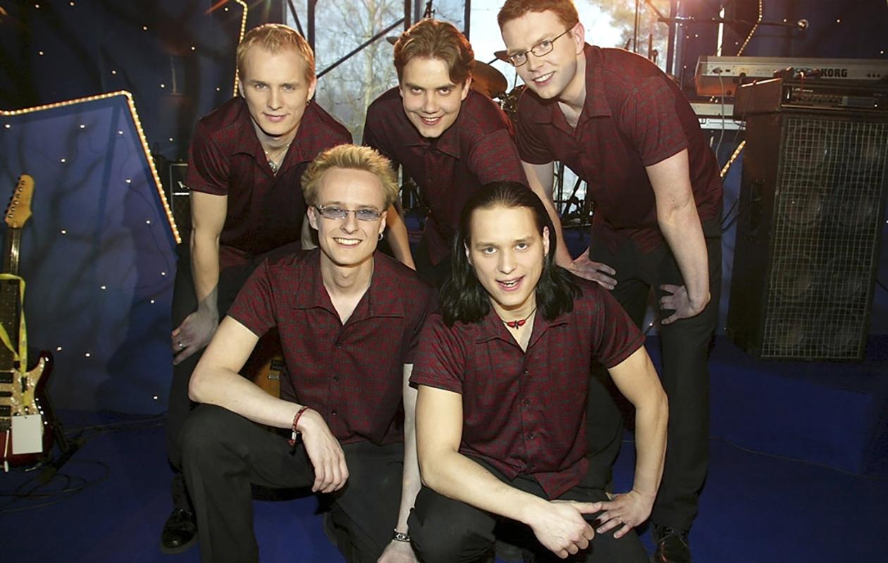 Neljänsuora-yhtye oli Viihdyttäjä 2002 -tanssiorkesterikilpailun voittaja. Vasemmalta ylhäältä Juha Mäki, Antti Ketonen, Mikko Hägerström, alarivissä Urho Sevón ja Esko Mäki.