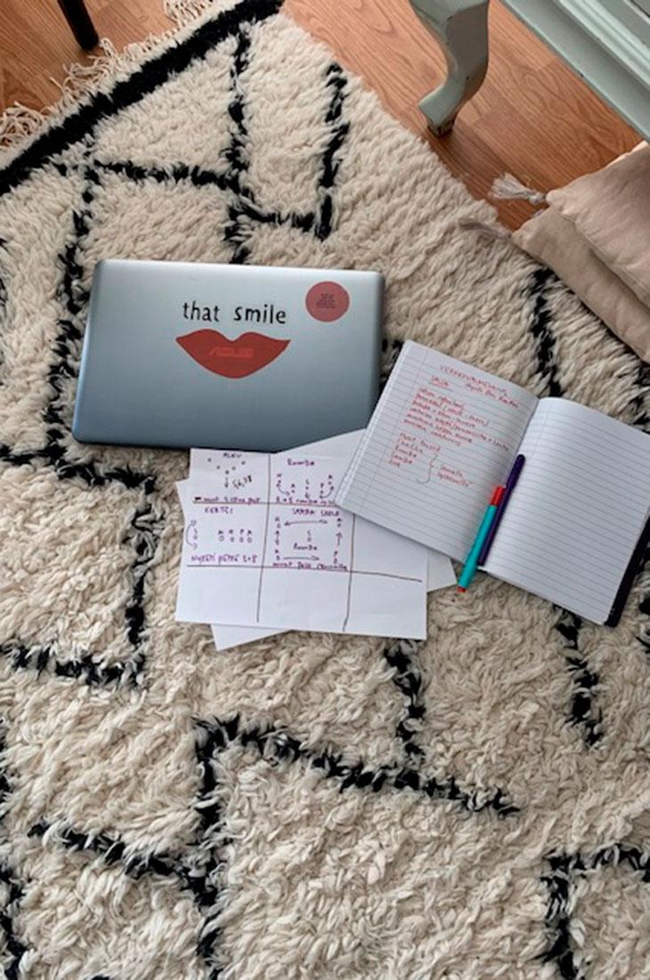 Saana Akiola on joutunut pohtimaan, kuinka jatkaa töitään kotoa käsin.