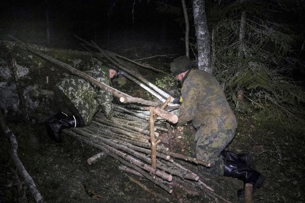 Tähän tulee meidän maja. Ennen rakentamisen aloittamista Joonas Joensuu (oik.) teki itselleen sahan selviytymisrasiansa sahanterästä, kahdesta avainrenkaasta ja taipuisasta puusta.