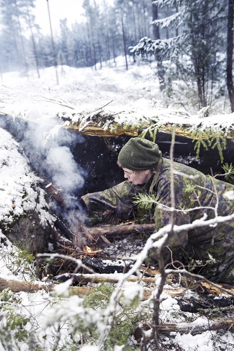 Lauantaina metsä sai lumipeitteen. Kosteus teki tulen teosta hankalaa.