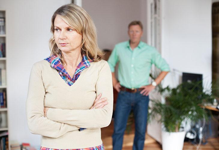 Sosiaalinen eristäytyminen voi aiheuttaa haasteita myös parisuhteelle.