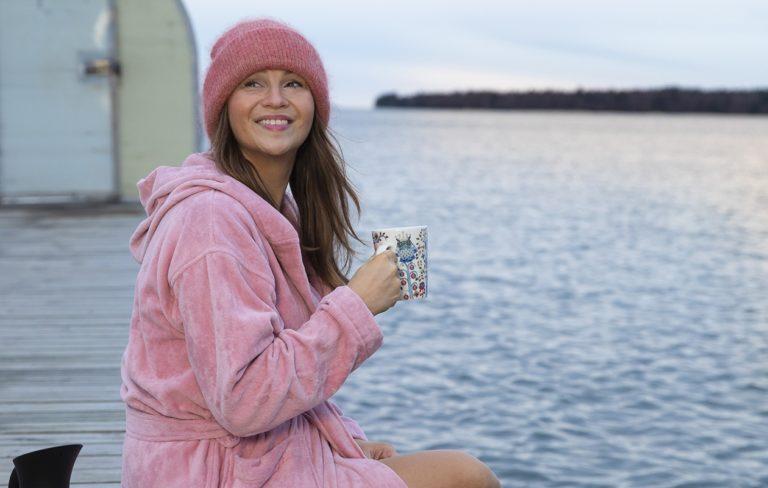 Janina Fry harrastamassa kylmäuintia