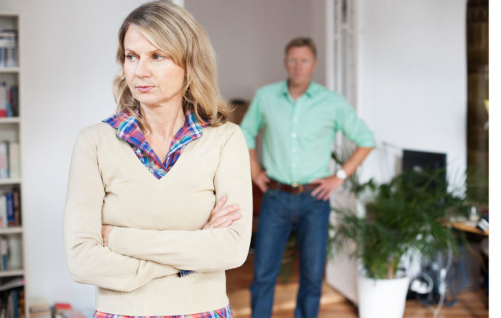 Etualalla vakava nainen, taka-alalla mies