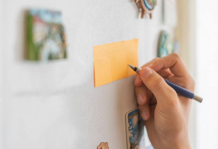 Tee ateriarytmi näkyväksi esimerkiksi perheen yhteisellä listalla, joka kiinnitetään jääkaapin oveen.